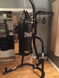 black Everlast heavy bag with stand Largo