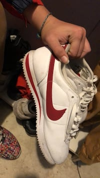 unpaired white and red Nike low-top sneaker Auburndale, 33823