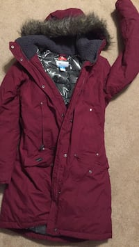 Extremely warm winter coat size medium columbia make omni heat. Like new. Too small for me. Only worn 2 times.  537 km