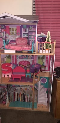 Pink and white doll house. Beautiful accessories North Las Vegas, 89031