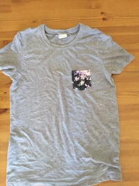 Small grey T-shirt with floral pocket. Pink. Lightly used. Penetanguishene, L9M 1H2