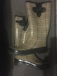 Size 9 checkered rain boots