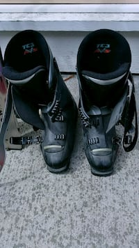 Ladies black ski boots 7.5,