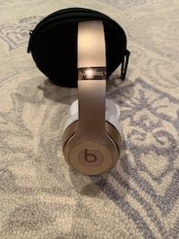 9.5/10 condition, Wireless gold beats solo headphones, comes with case and cord. Vaughan, L4L 7Z1