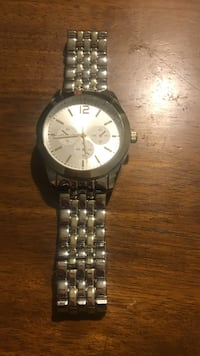 round silver analog watch with link bracelet never been worn . Great condition only needs a new battery . Asking $20 obo Kokomo, 46902
