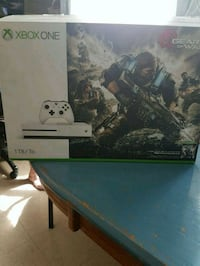 XBOX ONE GEARS OF WAR. 2 controllers and 3 games Hamilton, L9B 2K6