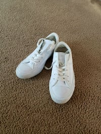 pair of white low top sneakers Mechanicville, 12118
