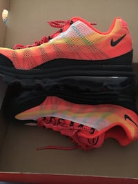 pair of red-and-black Nike running shoes Montréal, H1M