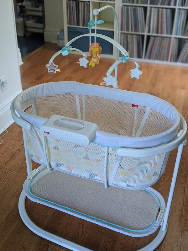 Fisher Price Soothing Motions Bassinet 420f7107-7d51-4265-930d-1392c42614fa