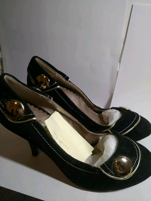 pair of black leather closed-toe pumps