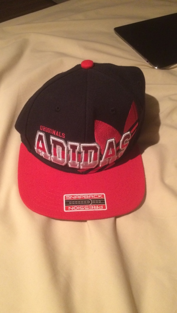 black and red Adidas embroidered snapback usagé à vendre à ... 4d6bc914011