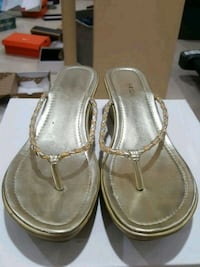 Size 10 gold open toe sandal  Mississauga