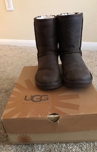 Pair of brown leather boots with box Raleigh, 27606