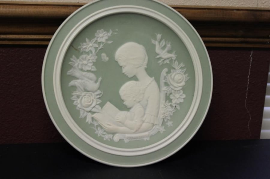 A Franklin Porcelain Mothers Day Collectable Antique 1977 Plate 3396001d-5c56-4b6b-bc18-06fa8037c457