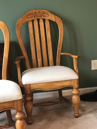 """dining set w/table extension, hutch, 2""""captains chairs"""" 4regular chairs 303 mi"""