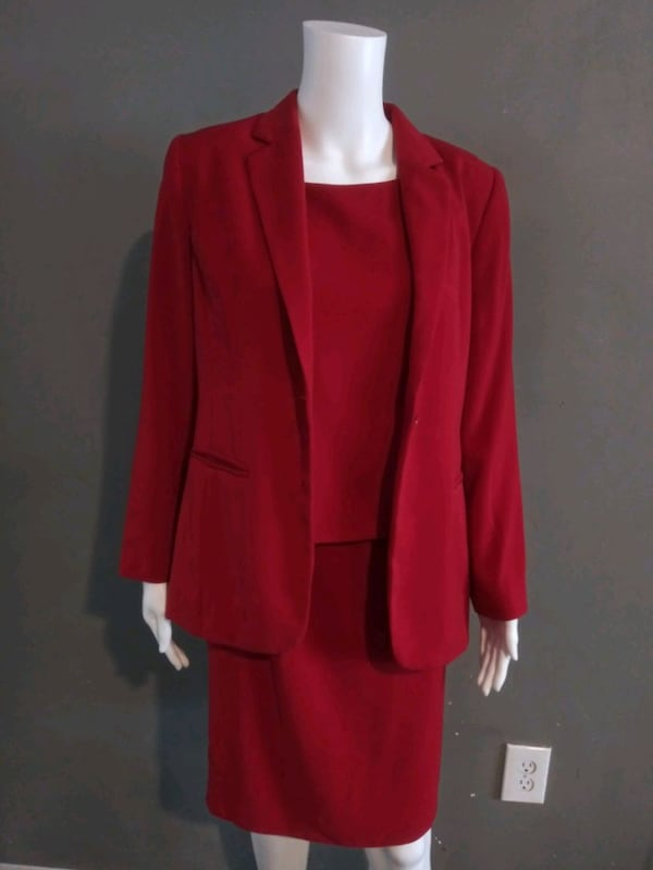 **WOMEN'S SIZE 4 PETITE DARK RED BUSINESS SUIT!** f4f80046-74f8-4565-8269-a4c1b691a083