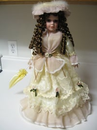 PORCELAIN DOLL - HERITAGE HOUSE INC - COLLECTOR EDITION - RIBBONS AND BOWS - VICTORIA - MUSICAL - PLAYS LARA'S THEME Ellenville
