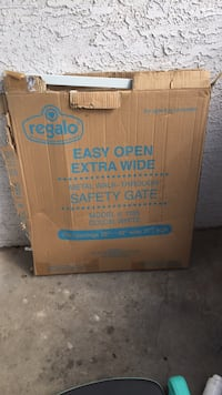 Grand new baby gate brand new box is messed up parts in plastic still Phoenix, 85032