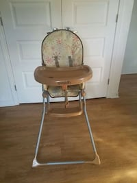 baby's brown and white high chair Gatineau, J8P 0G8