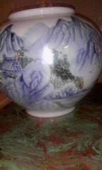 Chinese vase or planter  Toronto, M1K 1C8