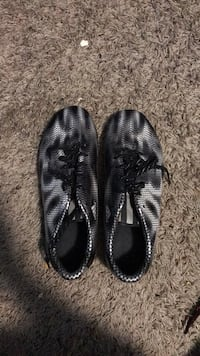 Black and white soccer cleats. (Size 6) 2360 mi