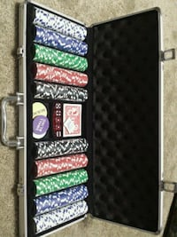 Poker chips set in case St. Catharines, L2R 3M2