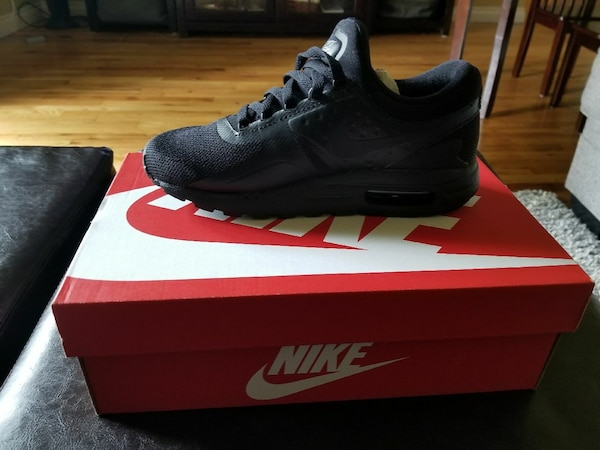 unpaired triple black Nike Air Max shoe with box