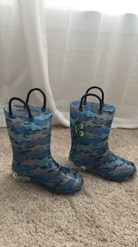 blue-black-and-gray camouflage rain boots