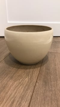 8' ceramic flower pot  Kleinburg, L4H 3Z8