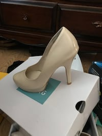 unpaired white patent leather platform pump with box Springwater, L9X 0H3