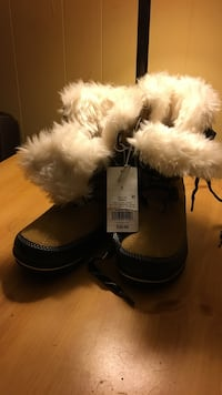 pair of black-and-brown fur-lined snow boots Des Moines, 50316