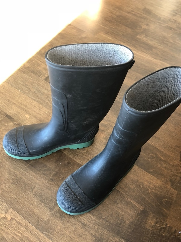 Boys Size 3 Rubber Boots.  Used twice.  Like new.