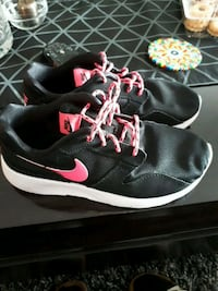 pair of black-and-pink Nike running shoes Laval, H7L