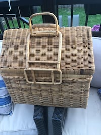 2brand new picnic baskets with Everything you need for a ROMANTIC afternoonbrand new dishes & cutlery & wine glasses Surrey, V4N 4T1