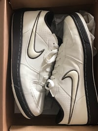 Pair of white-and-black nike low-top sneakers with box Los Angeles, 90018