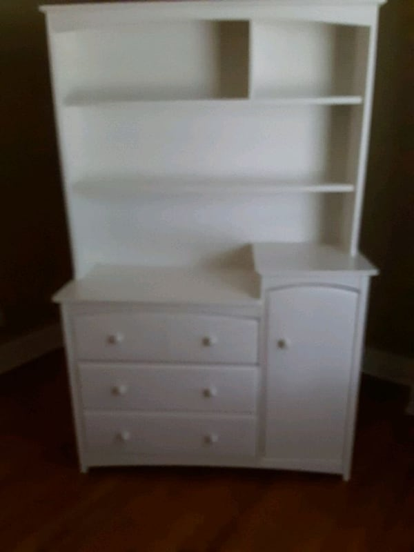 Two piece dresser set 003699e5-5809-4bb7-9320-26d996e76161