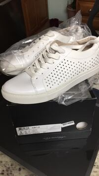 Pair of white Kenneth Cole size 6 m ( Bridgeport, 06604