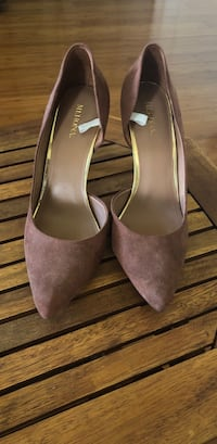 Pair of brown suede pointed-toe heeled shoes Hilo, 96720