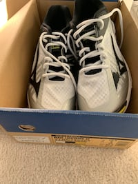 Mizuno Women's volleyball shoes 10.5 Dartmouth, B2W 6E7