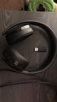 PlayStation 4 over-ear gold