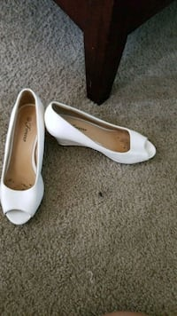 pair of white leather heeled shoes Wildomar, 92595