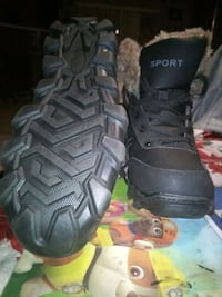 Size 9 never worn winter boots fur lined.