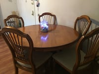 Nice table with 5 chairs, in good conditions Freeport, 11520