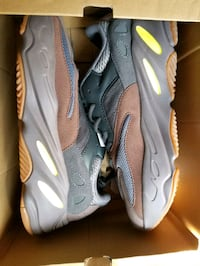 Pairs of shoes yeezy 700 in size 7, 9.5, Mens Queens, 11372