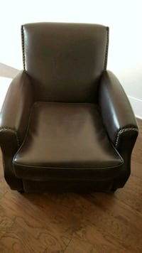 Great leather accent chair. Only $175 Paid $400 Mount Juliet
