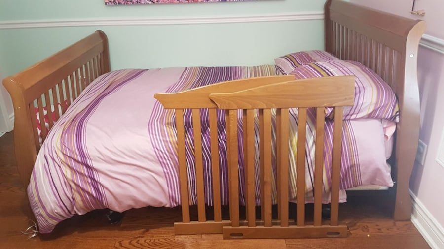 Child 2 in 1 crib / bed and dresser b762fde5-1e73-4097-a451-80ef2dfbb733