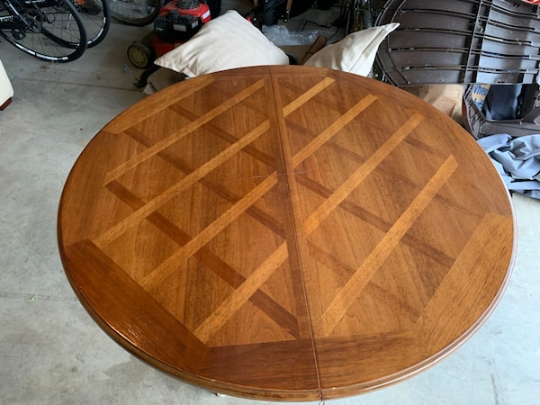 Nice old Dining room table comes with 3 leaves and 2 extra legs ee5e7aac-af4c-4a41-ae5a-816b598f3eaa