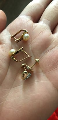 18 k gold sets of earrings  Mississauga, L5B 4P2