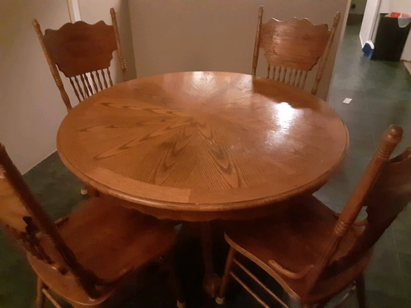 Table w/4 chairs 12536c09-4156-4b8d-a246-b44a906b1992