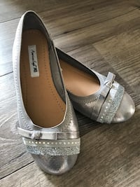 Girl's silver flats, size:1,5 Calgary, T2A 4H7
